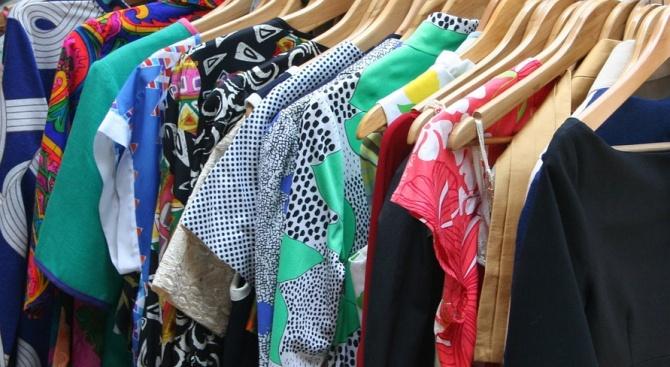 Опасни дрехи менте заливат пазарите у нас