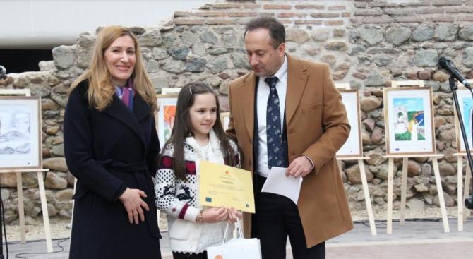 Министърът на туризма Николина Ангелкова награди децата, които бяха отличени
