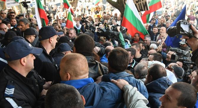 Протестиращи затвориха за кратко днес главния път Е-79 в района