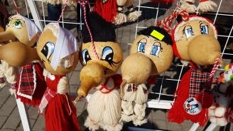 Мартеници от кратунки - хитът на пазара във Варна