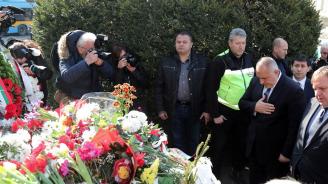 Борисов поднесе цветя пред паметника на Васил Левски