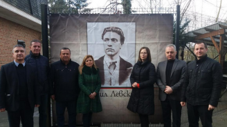 Депутатката от ГЕРБ Евгения Ангелова поднесе цветя пред барелефа на Васил Левски в Брюксел