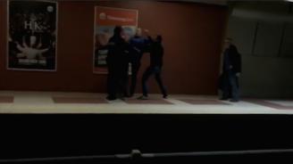 Трима мъже се млатиха в метрото