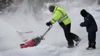 Снежна буря връхлетя централните и източните щати на САЩ, проливни дъждове се изсипаха южните