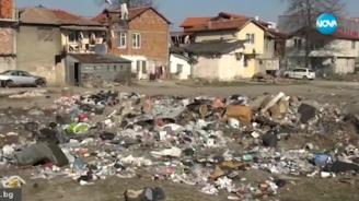 Купища боклуци се изхвърлят между жилищни сгради в Пловдив