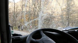 Автобус с 35 пътници пропадна в канавка край село Марково