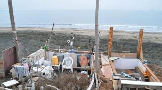 Пенсионери си направиха бивак за отдих на бургаския плаж