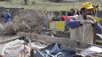 """Роми разчистиха от боклуци местността """"Карасиврия"""" в Стара Загора"""
