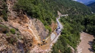 Повишена е опасността от падащи камъни по всички пътища в област Смолян