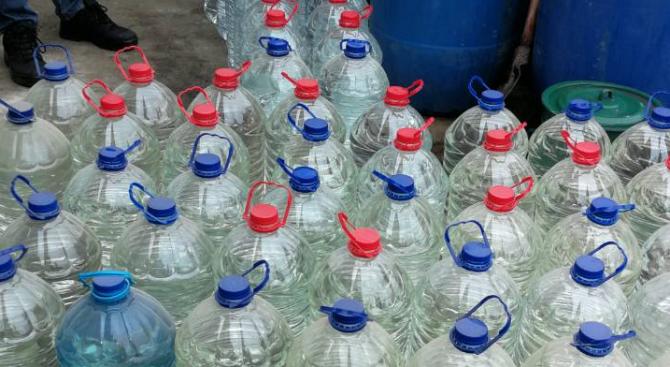 Митничари спипаха 320 литра нелегална ракия в района на Априлци