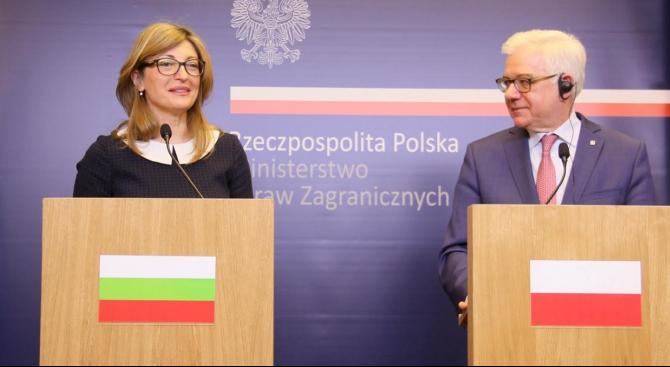 Екатерина Захариева разговаря във Варшава с полския си колега Яцек Чапутович
