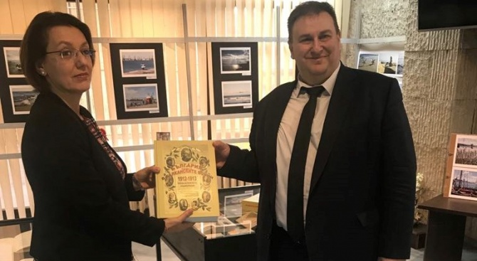 Емил Радев дари исторически енциклопедии на варненската библиотека