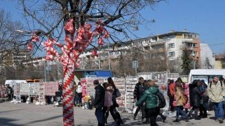 Деца превърнаха 24 дървета в Хасково в мартеници
