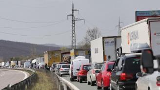 Силен трафик и опасни изпреварвания в първия от почивните дни