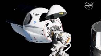 """Космическата капсула """"Дракон"""" с манекена Рипли се скачи с МКС"""