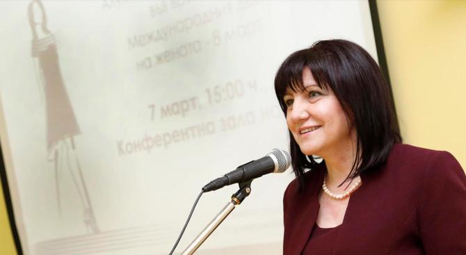 Резултат с изображение за Караянчева стана почетен член на Алумни мрежата от успели професионалисти, завършили ТУ Обучението в Техническия университет е изковало характера ѝ, направило я е борбен
