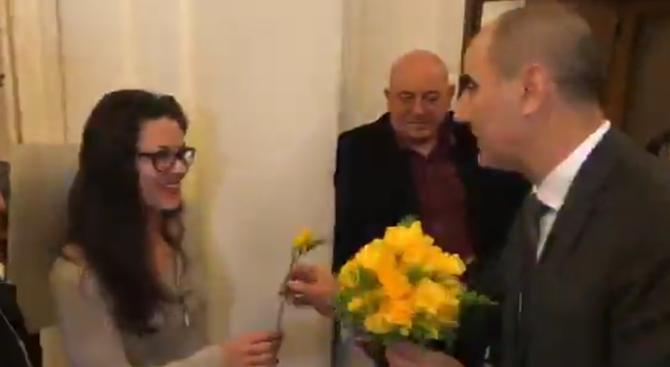 Снимка: Цветан Цветанов подари цветя на всички дами в парламента