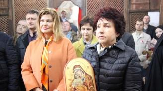 """Вяра Церовска дари икона на реставрираната църква """"Света Петка"""" в Брезник"""