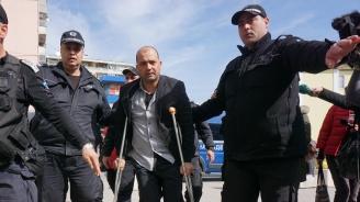 Бащата, провесил дъщеря си от балкона, остава в ареста