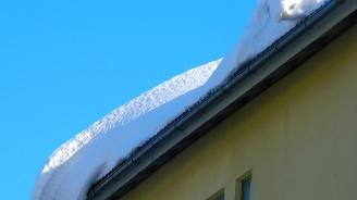 """Снежни """"плочи"""" се изсипаха от покрива на магазин в Турция"""