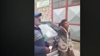 Вижте как циганка се опъна на полицай