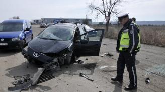 Шофьор потроши колата си след двойно преобръщане край Хасково