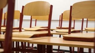 България спря временно предизвикалата спорове анкета за оценка на възможностите в училищата