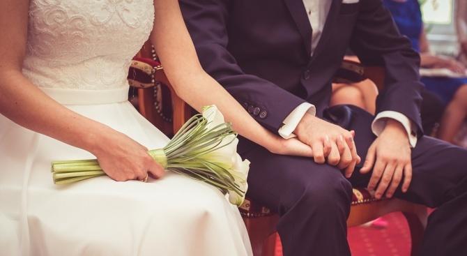 Влюбени бяха арестувани заради предложение за женитба в мол в