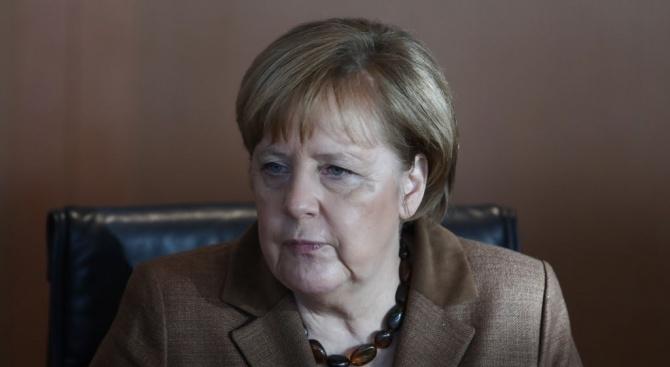 Около две трети от германците не искат канцлерът Ангела Меркел
