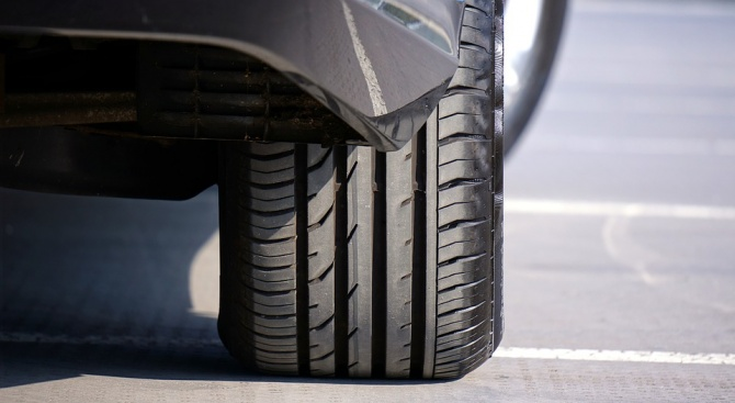 16-годишен наряза гумите на четири коли в Елин Пелин