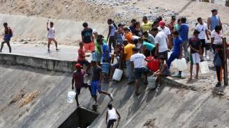 Венецуелци отчаяно търсят вода от канализация за отпадни води
