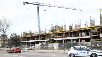 Огромен кран от строеж рухна в София