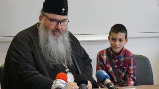 Варненският митрополит Йоан направи дарение на болно дете