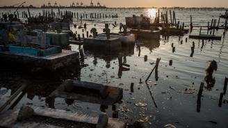 Най-малко 42 души загинаха при наводнения в Индонезия
