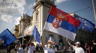Протестиращи в Белград пробиха защитните заграждения и стигнаха до входа на президентството