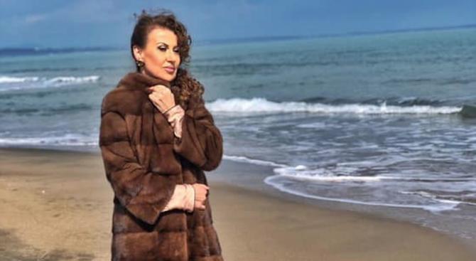 Илиана Раева отпразнува своя 56-и рожден ден на плажа .