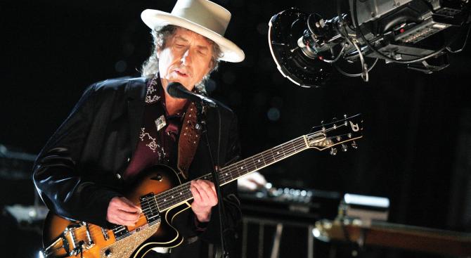 Щастлив колекционер се сдоби с китара на Боб Дилън за