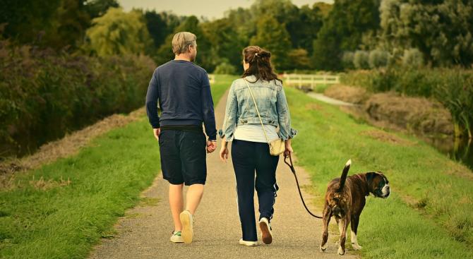Дори само 10-минутна енергична разходкаседмично може да намали риска от