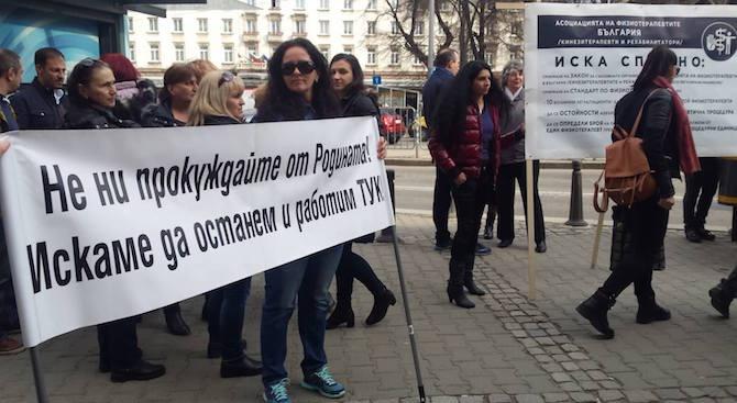 Десетки медицински сестри се събраха пред сградата на здравното министерство