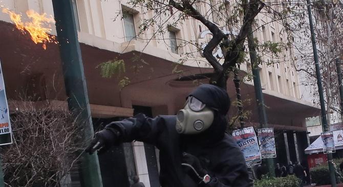 Неизвестни лица хвърлиха ръчна граната по руско консулство в Атина,