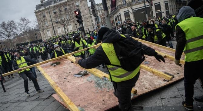 Повечето французи нямат доверие на вътрешния министър Кристоф Кастанер. Седемдесет