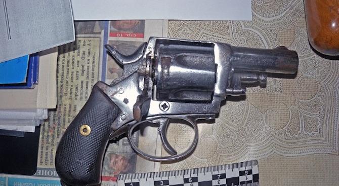 Две незаконни оръжия и боеприпаси са иззети при проверка на