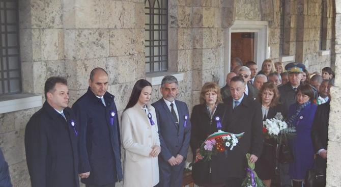 """Цветанов и Ева Майдел поднесоха цветя пред саркофага на цар Калоян в църквата """"Св. 40 мъченици"""""""
