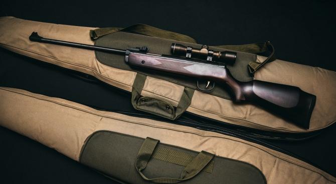 44-годишен мъж е задържан за кражба на две ловни пушки