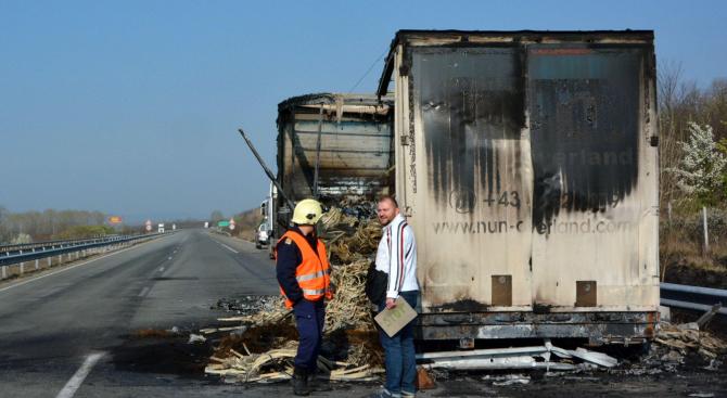 Ремарке на тежкотоварен камион и товарът му изгоряха снощи на