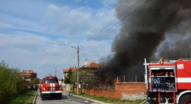 Пожар от запалени боклуци на двор изпепели къща в Харманли.