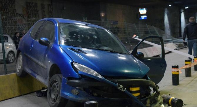 Лек автомобил катастрофира на тролейбусна спирка в подлеза на Националния