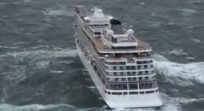 """Спасителни хеликоптери са евакуирали 479 пътници от круизния кораб """"Вайкинг"""