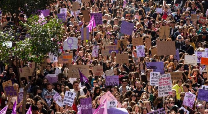 Няколко хиляди души се включиха днес в демонстрация в центъра