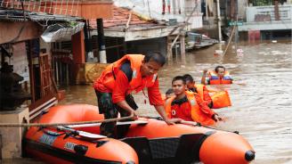 Броят на загиналите при наводненията в Индонезия достигна 77 души